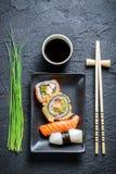 Свежие суши, темное керамическое и палочка Стоковые Фотографии RF