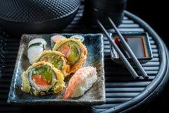 Свежие суши установленные с креветками и рисом стоковая фотография rf