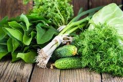 Свежие сырцовые зеленые овощи на деревянной предпосылке Стоковое Изображение RF