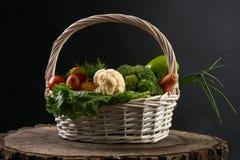 Свежие сырцовые овощи в корзине Стоковые Изображения