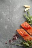 Свежие сырцовые Salmon филе с травами и специями Стоковые Фотографии RF