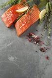 Свежие сырцовые Salmon филе с травами и специями Стоковая Фотография RF