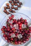 Свежие сладостные вишни на таблице десерта Стоковое Изображение RF