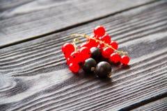 Свежие сладостные красные смородины на деревянной предпосылке Стоковое Изображение RF