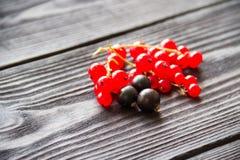 Свежие сладостные красные смородины на деревянной предпосылке Стоковое Фото