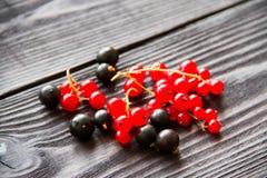Свежие сладостные красные смородины на деревянной предпосылке Стоковое Изображение