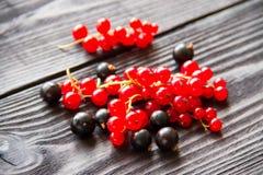 Свежие сладостные красные смородины на деревянной предпосылке Стоковая Фотография