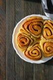 Свежие сладостные плюшки с циннамоном Стоковые Фото