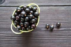 Свежие сладостные blackcurrants в шаре Стоковое Фото