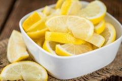 Свежие сделанные куски лимона на деревенской предпосылке Стоковые Фотографии RF