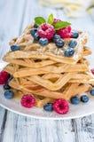 Свежие сделанные Waffles с смешанными ягодами и медом стоковые изображения rf
