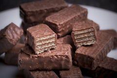 Свежие темные вафли шоколада стоковые изображения