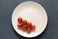 Свежие томаты вишни в шаре на темной каменной предпосылке стоковые изображения