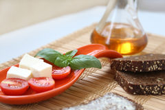 Свежие томаты вишни и оливки kalamata на здравице Стоковое Изображение RF