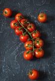 Свежие томаты вишни на каменной предпосылке Натуральные продукты Стоковая Фотография RF