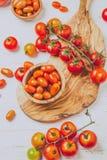 Свежие томаты вишни на прованских деревянных шарах и доске, белой предпосылке, взгляд сверху Стоковое Изображение