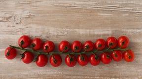 Свежие томаты вишни на древесине Стоковые Изображения