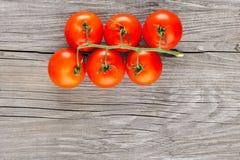 Свежие томаты вишни на серой деревянной предпосылке Стоковое Изображение