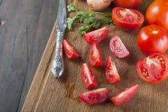 Свежие томаты вишни на старом деревянном столе Стоковая Фотография