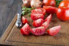 Свежие томаты вишни на старом деревянном столе Стоковое Изображение