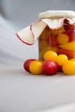 Свежие томаты и опарник законсервированных томатов Стоковая Фотография RF