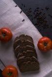 Свежие томаты, домодельный хлеб и гвоздичные деревья Стоковые Изображения