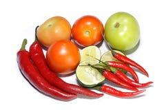 Свежие томаты, отрезанные известки и чили Стоковое фото RF