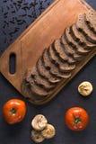 Свежие томаты при домодельный хлеб, лежа на деревянной доске Стоковые Изображения