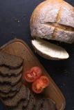 Свежие томаты при домодельный хлеб, лежа на деревянной доске Стоковая Фотография