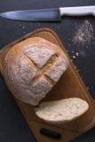 Свежие томаты при домодельный хлеб, лежа на деревянной доске Стоковые Фотографии RF