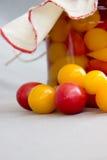 Свежие томаты рядом с опарником законсервированных томатов Стоковые Фотографии RF