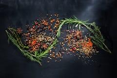 Свежие травы и специи на доске мела, космосе экземпляра Стоковое Изображение RF