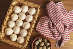Свежие триперстки и яйца цыпленка подготавливают быть сваренным стоковое фото