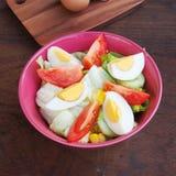 Свежие трудные вареные яйца и салат с томатами Стоковые Фото