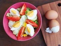 Свежие трудные вареные яйца и салат с томатами Стоковое Изображение RF