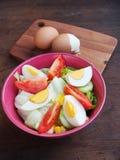 Свежие трудные вареные яйца и салат с томатами Стоковые Изображения