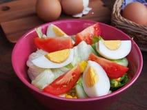 Свежие трудные вареные яйца и салат с томатами Стоковая Фотография RF