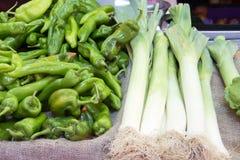 Свежие лук-пореи и зеленые перцы Стоковое Фото