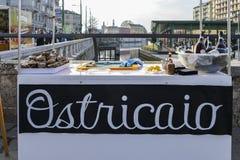 Свежие устрицы для продажи в районе Darsena милана, Италии Ostriciao итальянско для устриц стоковое изображение rf