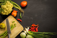 Свежие фермеры выходят фрукт и овощ вышед на рынок на рынок сверху с космосом экземпляра Стоковое фото RF