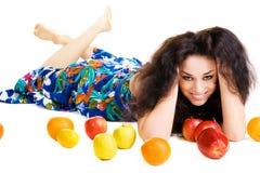 свежие фрукты брюнет жизнерадостные ослабляя Стоковые Фотографии RF