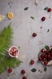 Свежие фрукты, вишни и десерт clafouti на серой конкретной предпосылке Взгляд сверху, космос экземпляра Стоковые Фотографии RF