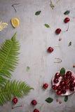 Свежие фрукты, вишни и десерт clafouti на серой конкретной предпосылке, украшенной с папоротником Скопируйте космос, взгляд сверх Стоковая Фотография