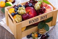 Свежие фрукты в деревянной клети Стоковая Фотография RF