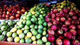 Свежие фрукты в магазине плода стоковые фотографии rf