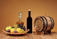 Свежие фрукты в плетеной корзине Стоковые Фотографии RF