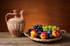 Свежие фрукты в плетеной корзине Стоковое Изображение