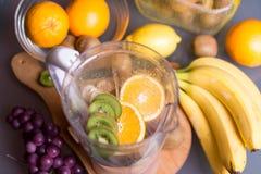 Свежие фрукты в blender Стоковая Фотография