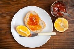 Свежие фрукты здорового завтрака и оранжевое варенье Стоковое Изображение RF