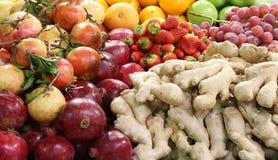 Свежие фрукты и в str яблок имбиря гранатового дерева greengrocer Стоковые Фотографии RF